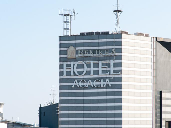 Acacia Hotel, Jung
