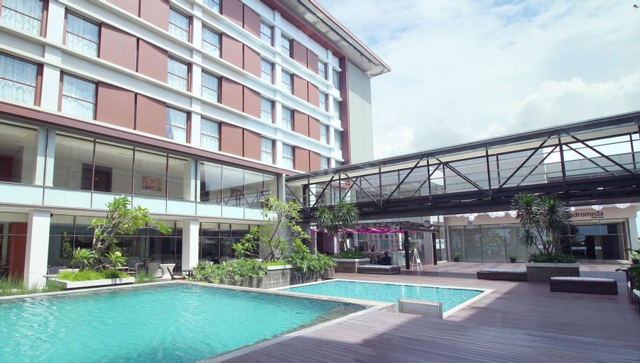 Mercure Padang, Padang