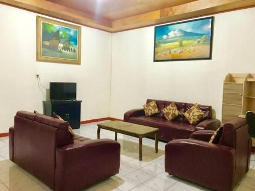 SPACIOUS - FAMILY HOME in Parapat, Lake Toba., Toba
