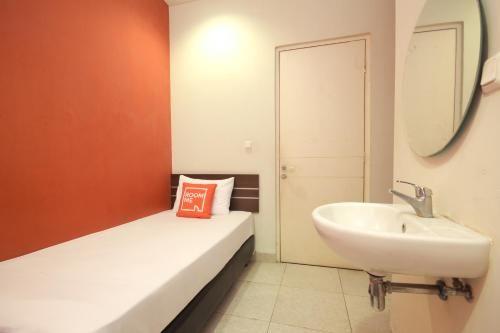 RoomMe Senayan Blok S Suite, Jakarta Selatan