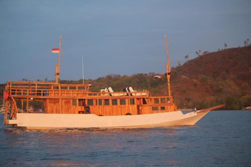 Boat Charter KM.Caroline, Manggarai Barat