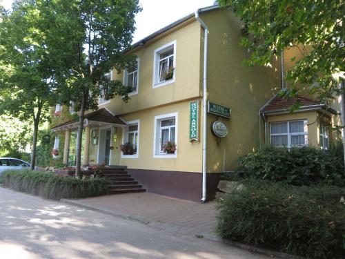 Hotel Arnold, Tata