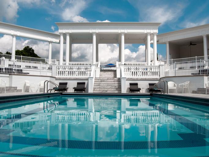 The Avalon Inn and Resort, Trumbull