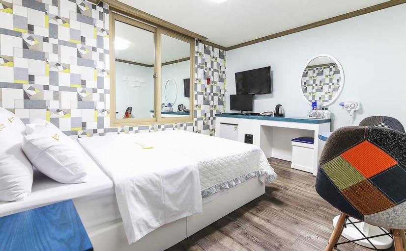Dubai Motel, Dong