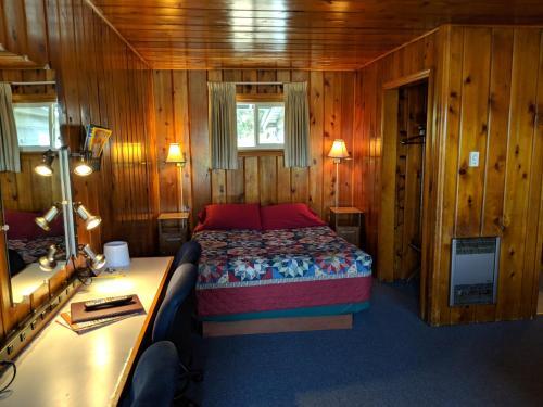 Sleepy Pines Motel, Plumas