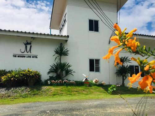 โรงแรมโมเดิร์นเลิฟรีสอร์ท, Phanat Nikhom