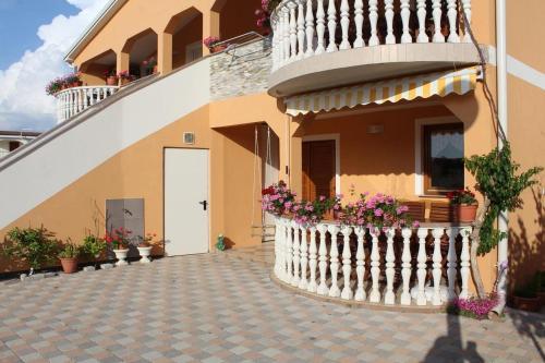 Apartments with a parking space Vir - 17301, Vir