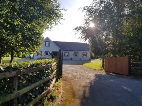 2 min to Castle Durrow, 7 min to Abbeyleix Manor, 15 min to Portlaoise,