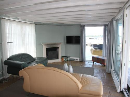 Captivating Houseboat in Loostrecht With Private Terrace, Wijdemeren