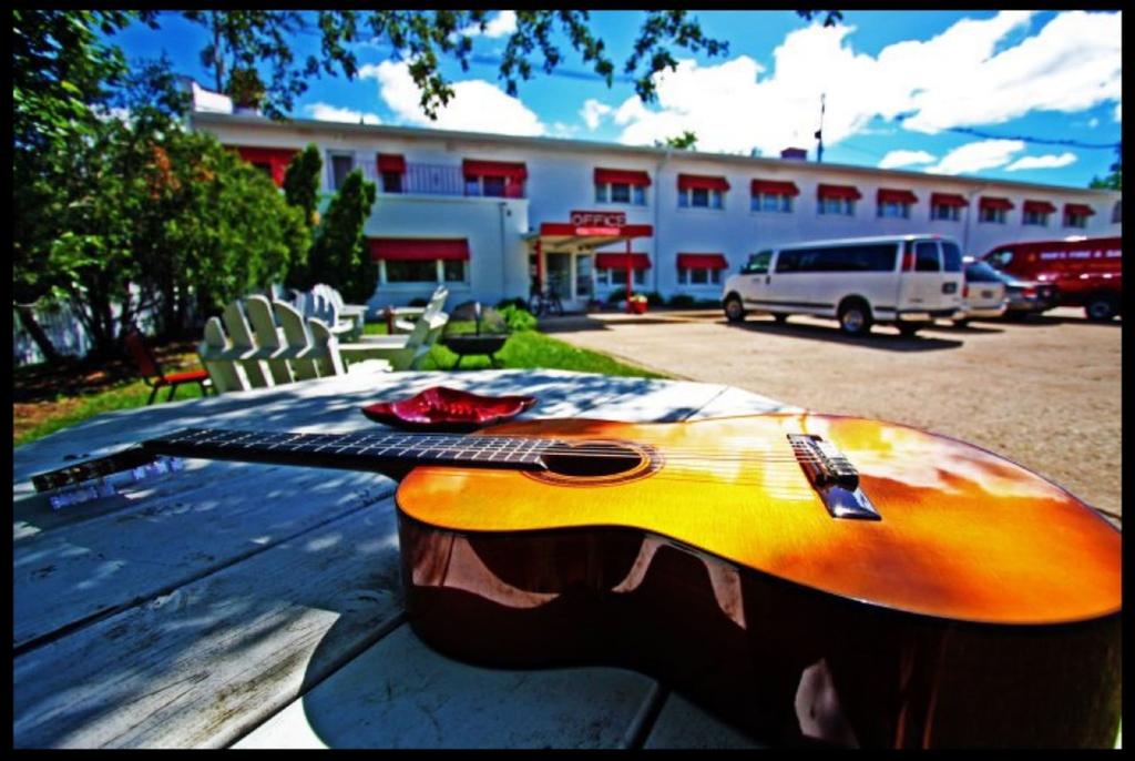 Holiday Music Motel, Door