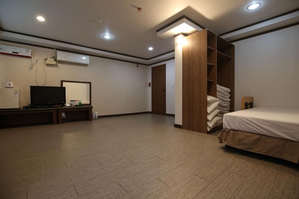 R.I Spa Hotel, Chungju