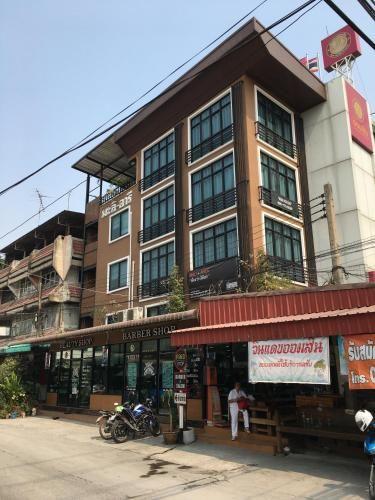 Baanmali Ari, Khlong Luang
