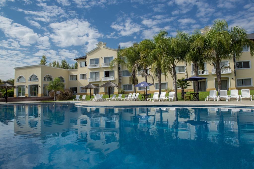 Howard Johnson Resort Spa & Convention Center Pilar, Pilar