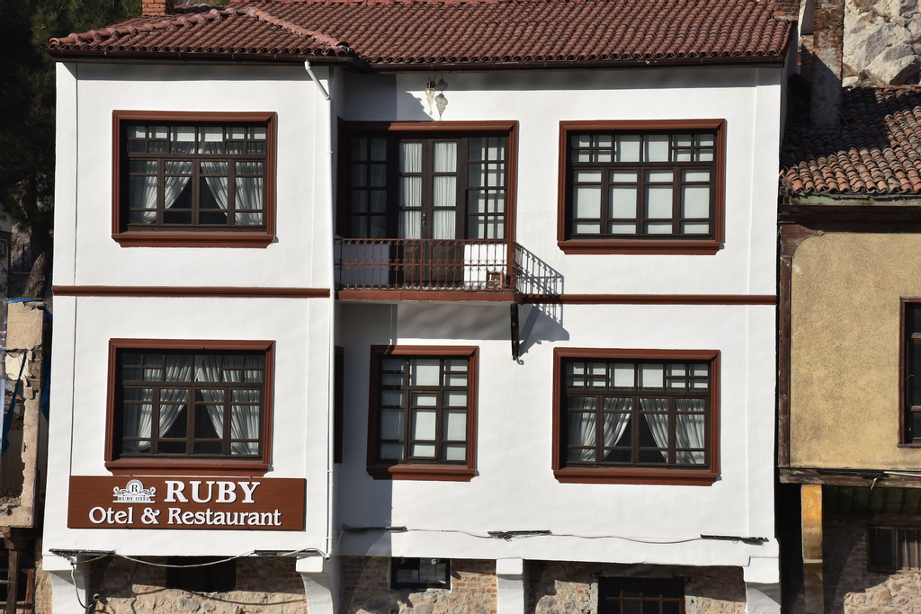 Ruby Hotel, Merkez