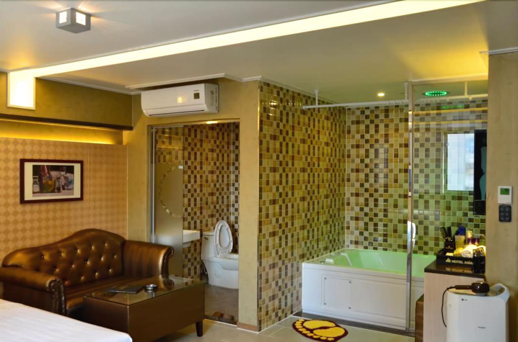 Hotel Asia, Buk