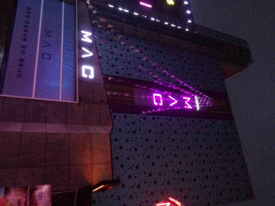Mac Hotel, Dong