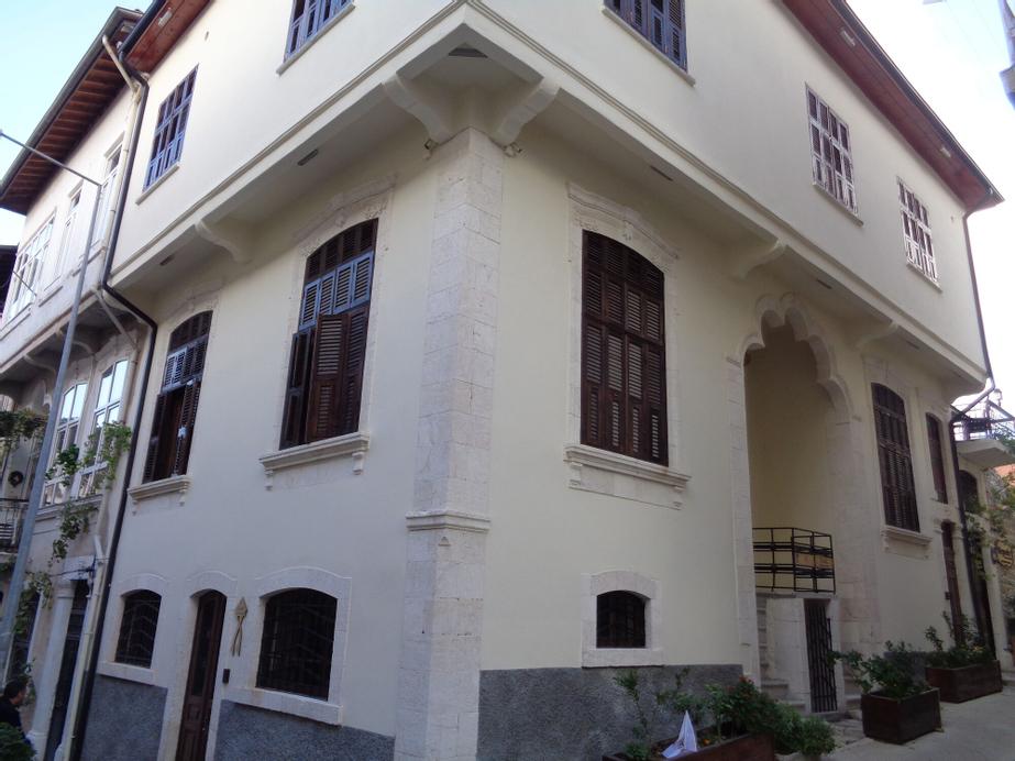 Fi Hostel, Merkez