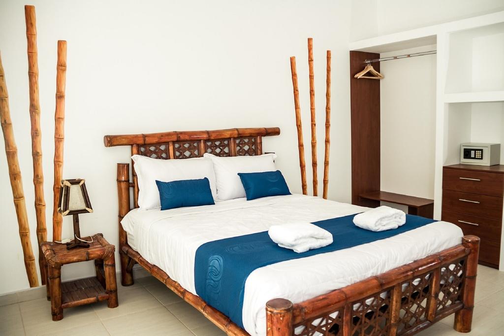 Nauti-K Beach Hotel, Contralmirante Villar
