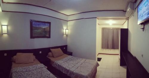 Hotel Flores, Ende
