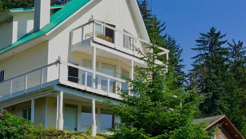 Kelli Creek Cottage - REDUCED PRICE ON TOURS, Juneau