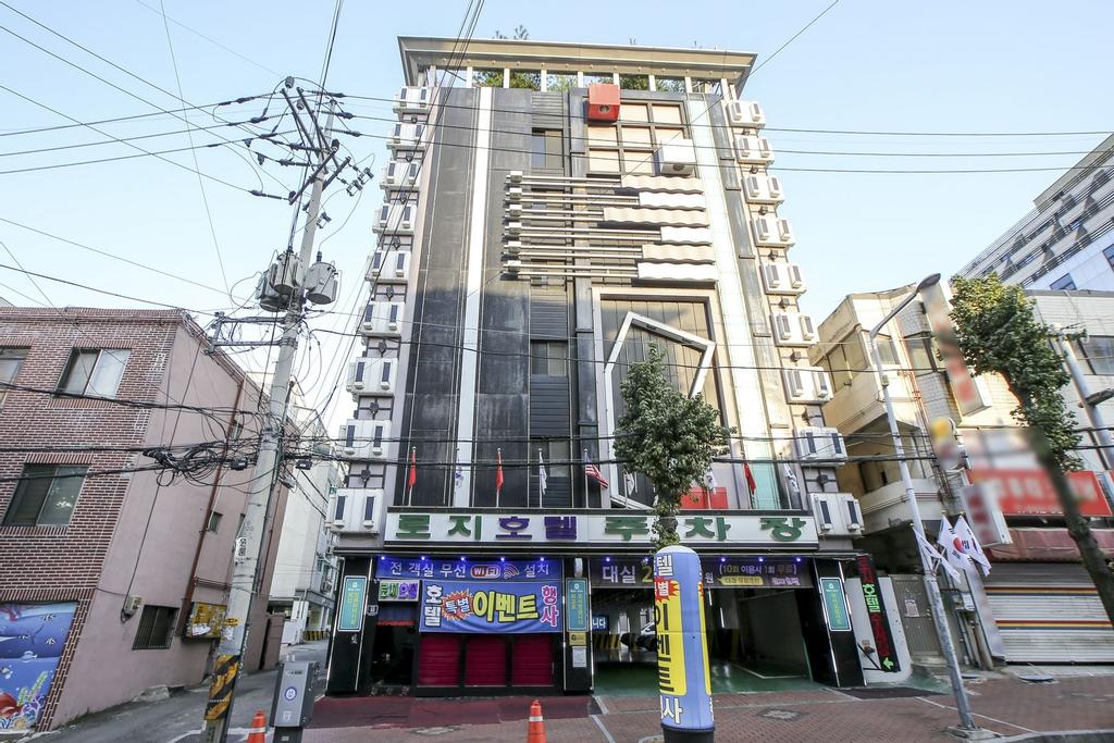 Rozy Hotel, Nam