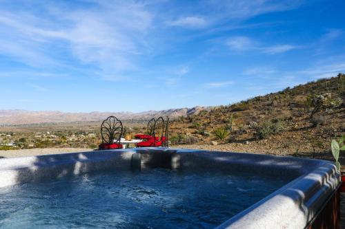Joshua Tree Retreat with Sweeping Views & Hot Tub, San Bernardino