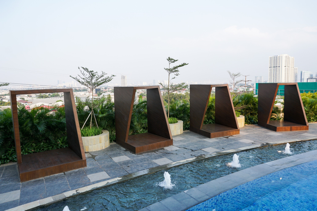 Relax and Comfy with Pool View @ Studio West Vista Apartment By Travelio, Jakarta Barat