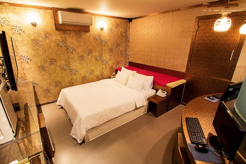 Hotel Max, Dong