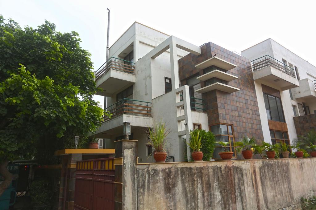 OYO 5528 DLF Phase 4, Gurgaon