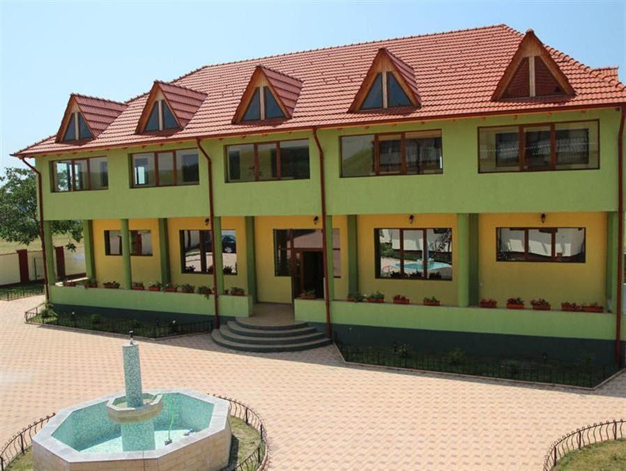 Hotel Eden, Simian