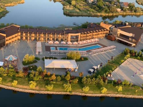Ostrov River Club, Novomoskovs'kyi