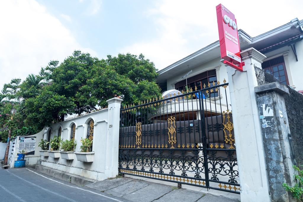 OYO 1421 Kasmaran Guest House Syariah, East Jakarta