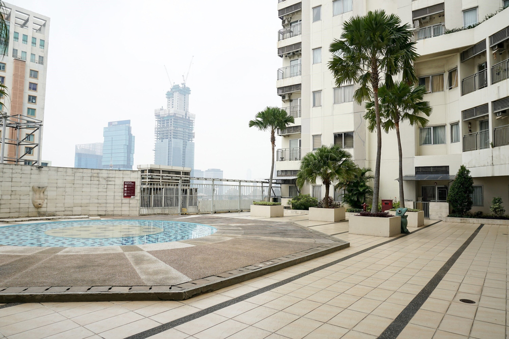 Spacious and Fully Furnished 2BR Cosmo Mansion Apartment By Travelio, Jakarta Pusat