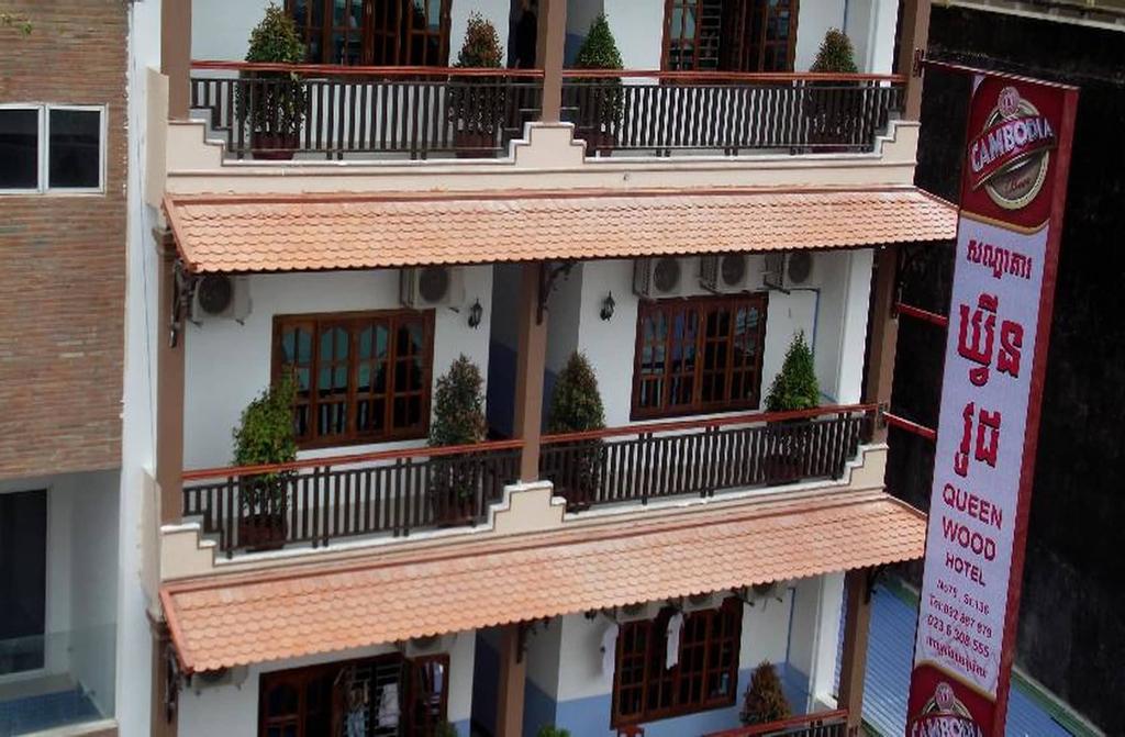 Queen Wood Hotel, Ruessei Kaev