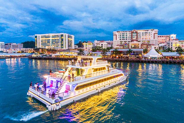 Makan Malam saat Matahari Terbenam di North Borneo Cruise