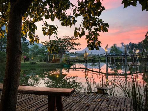 Numpu Baandin, K. Sam Roi Yot