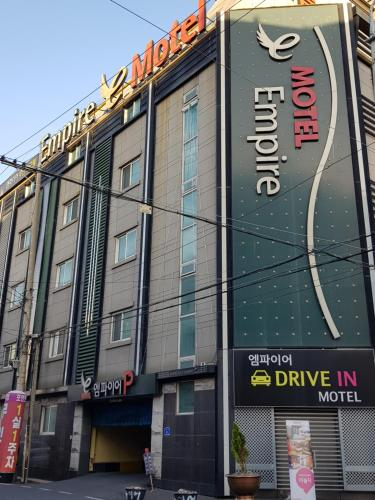 Empire Hotel, Dong