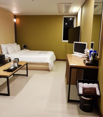 Boomerang Motel, Jinju