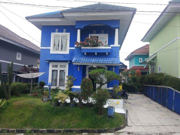 Villa Abdi Cipanas with Swimming Pool, Cianjur