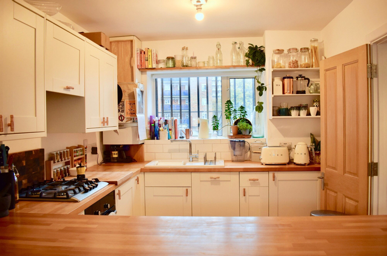 2 Bedroom Flat with Balcony in Homerton, London