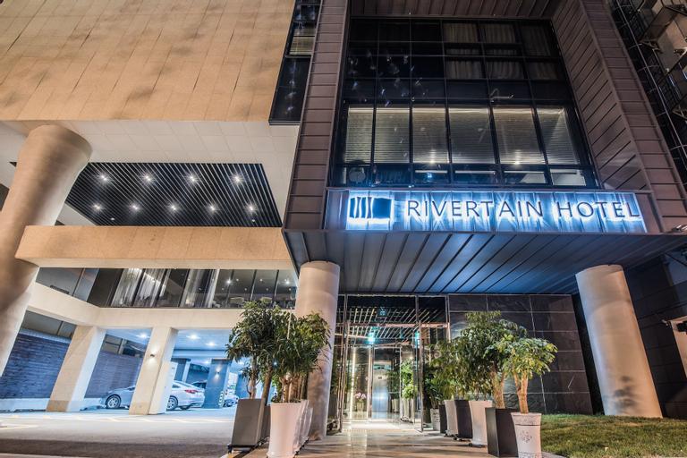 Rivertain Hotel, Buk