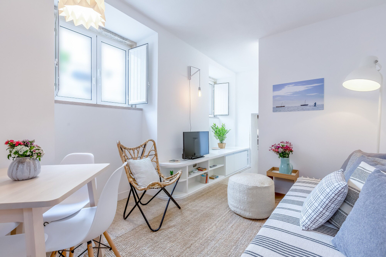 Renovated Typical Baixa Apartment + Free Pick-up, By TimeCooler, Lisboa