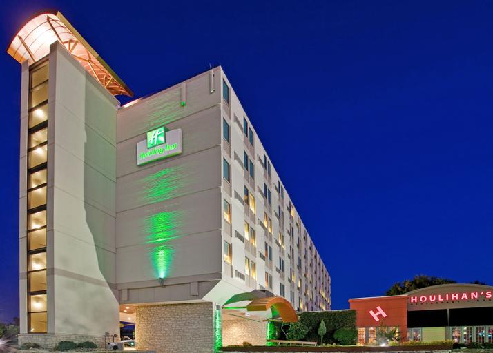 Holiday Inn Manhattan at the Campus, Riley