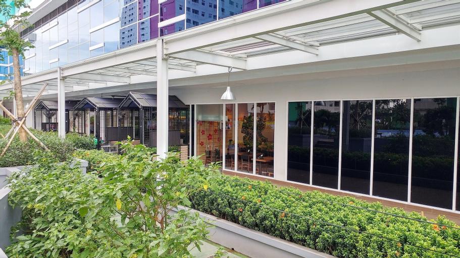 Warm Cozy Studio Room at Signature Park Grande Apartment By Travelio, South Jakarta