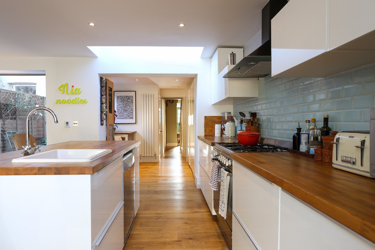2 Bedroom House with Garden - Sleeps 6, London