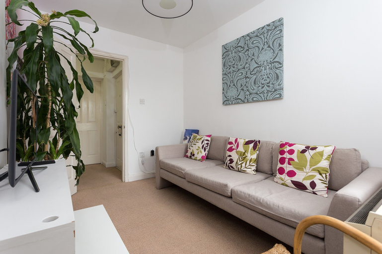 2 Bedroom Apartment In Wapping, London