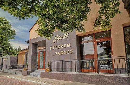 Oporto Panzio, Siklósi