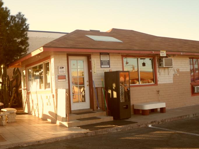 Desert Moon Motel, Clark