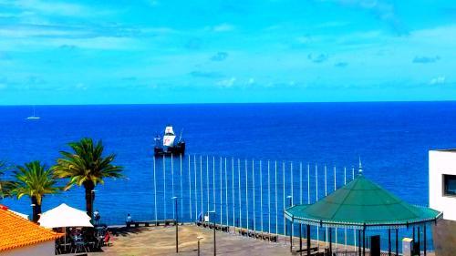 Sea Breeze Villa - in front of the beach, Câmara de Lobos