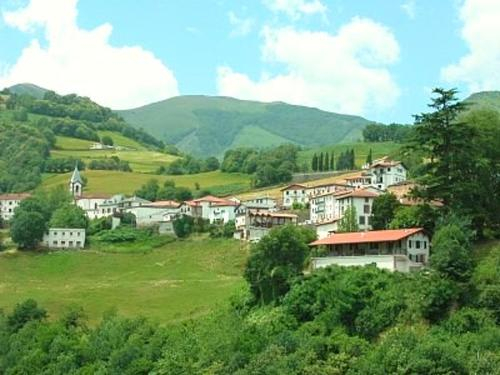 House with 4 bedrooms in Valcarlos with wonderful mountain view enclosed garden and WiFi, Pyrénées-Atlantiques
